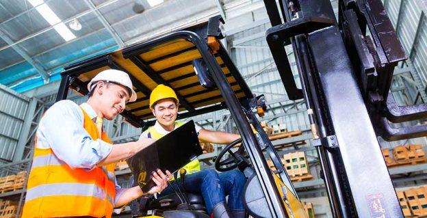 La conduite d'une PEMP ne peut être confiée qu'à des salariés ayant reçu une autorisation de conduite de leur employeur.