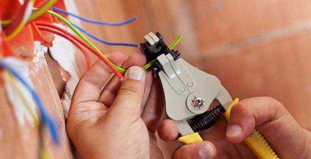 Type d'activité : intervention élémentaire sur des circuits terminaux (maxi 400V et 32 A courant alternatif).